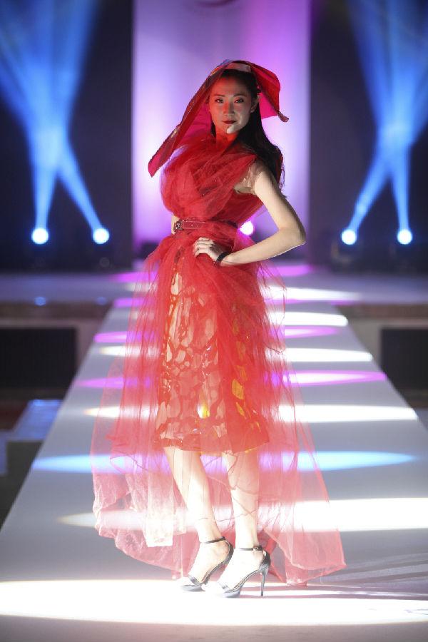北京商务时装模特表演结束后留下大量个人微信